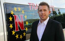 Claus Neuberger mit Fahrzeug von Transporte Neuberger